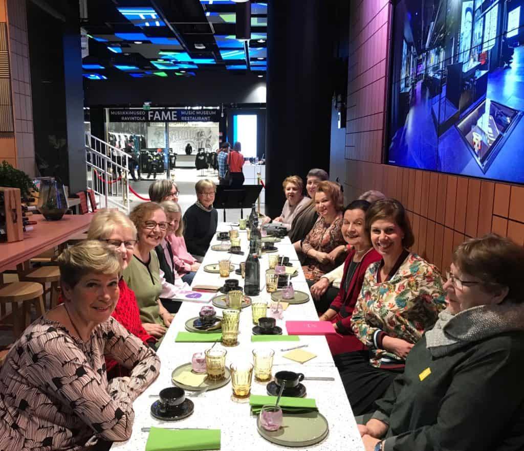Seuralaisia hauskassa kokoontumisessa Musiikkimuseo Famessa tammikuussa 2020. Etualalla blogin kirjoittaja Sirkka.